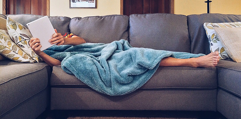 Dotoreando Twitter tumbado en el sofá.